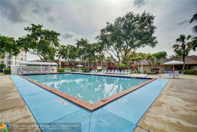 3700 Oaks Clubhouse Dr, Unit #101, Pompano Beach FL