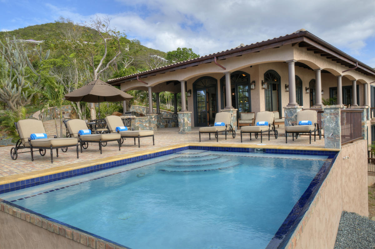Expansive pool and pool deck