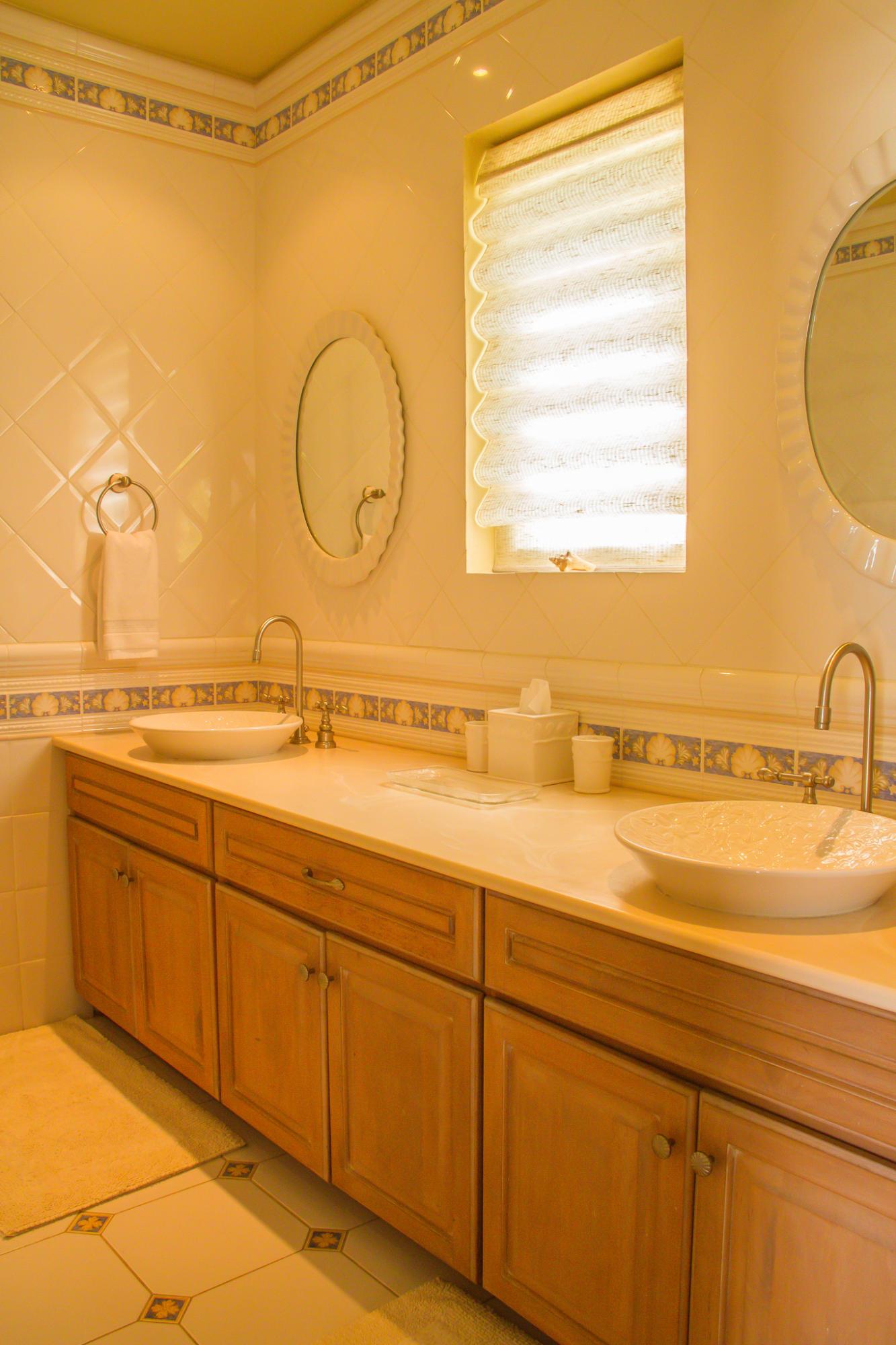 Guest suite (1) bath en suite