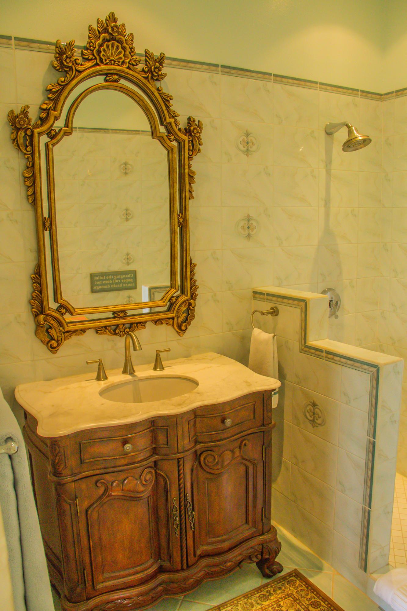 Charming (full) guest bathroom