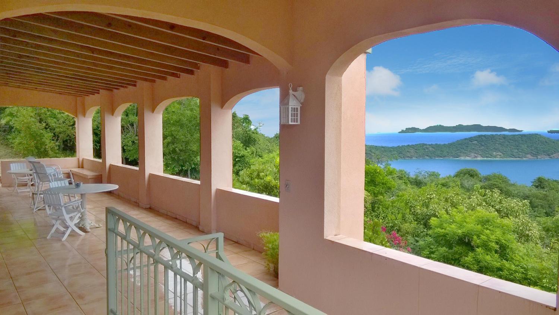 Huge covered veranda with VIEWS!