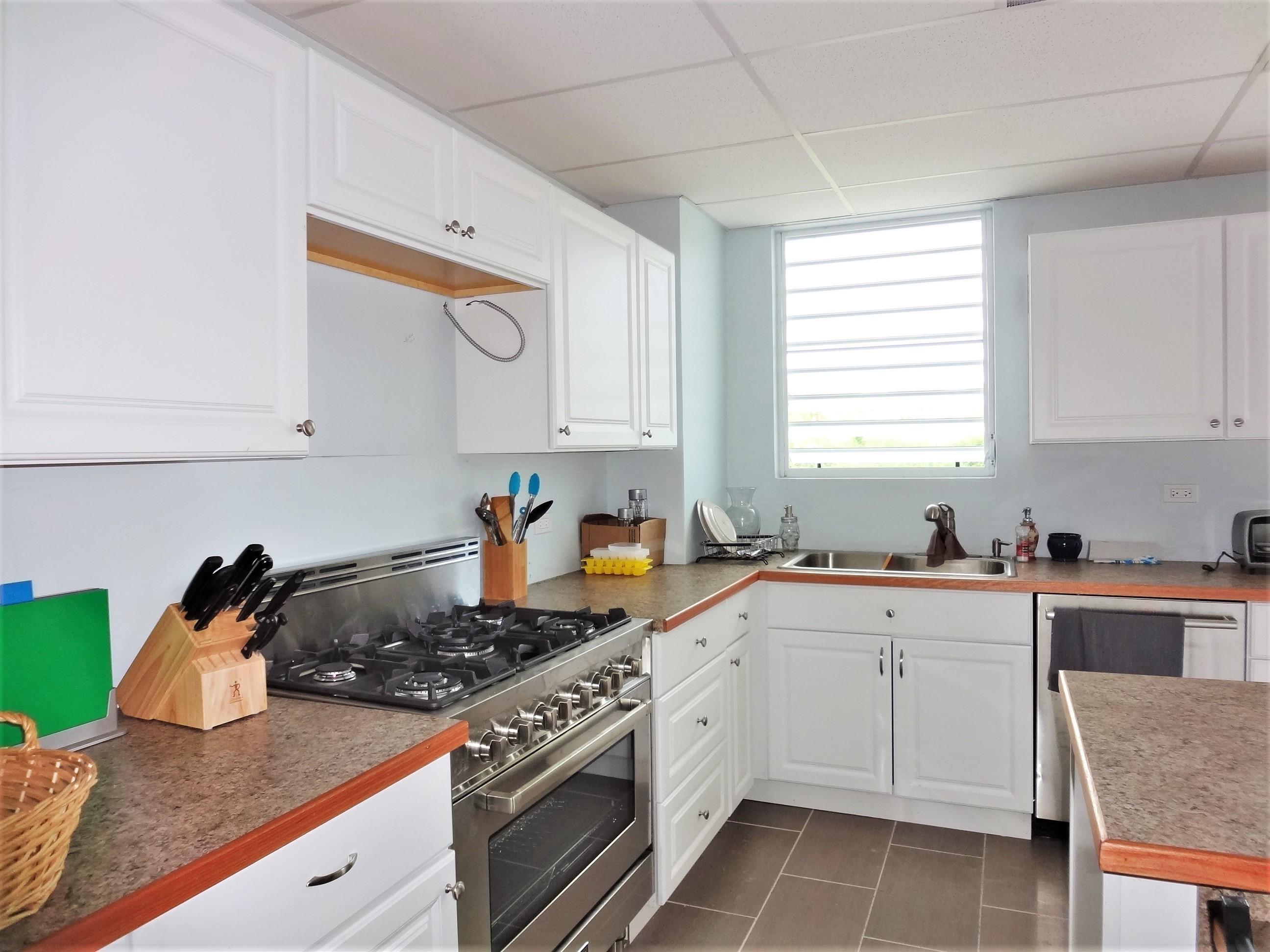 Full Kitchen in Suite 2 (3)