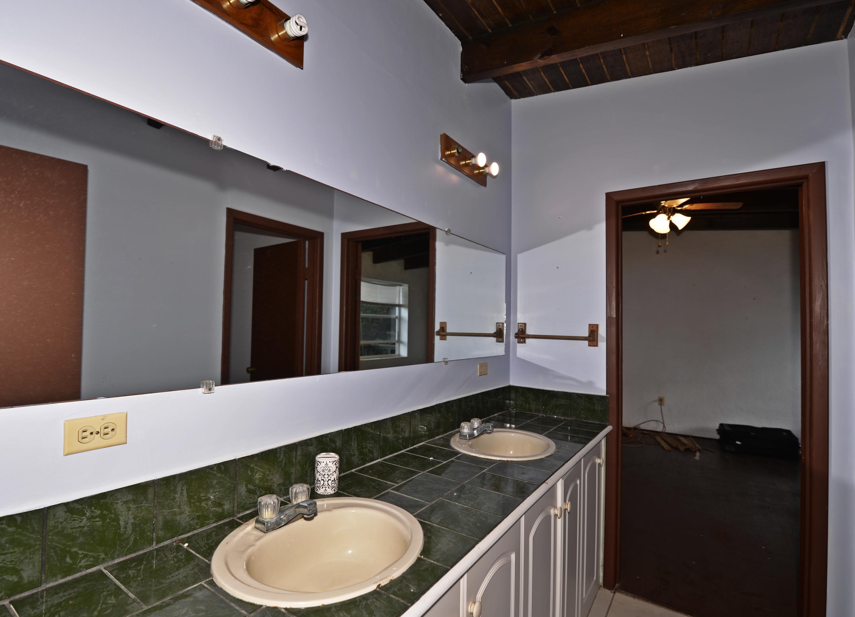 Upper level bathroom between both bedroo