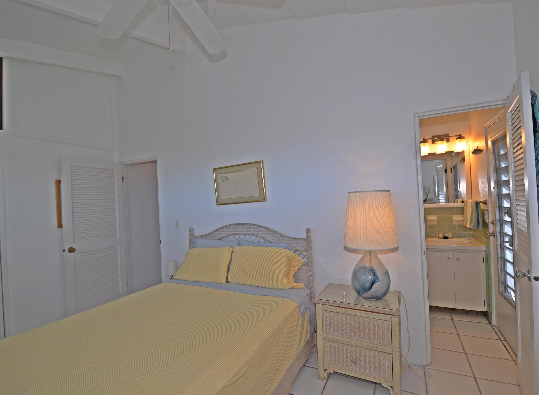 Guest bedroom with bath en-suite