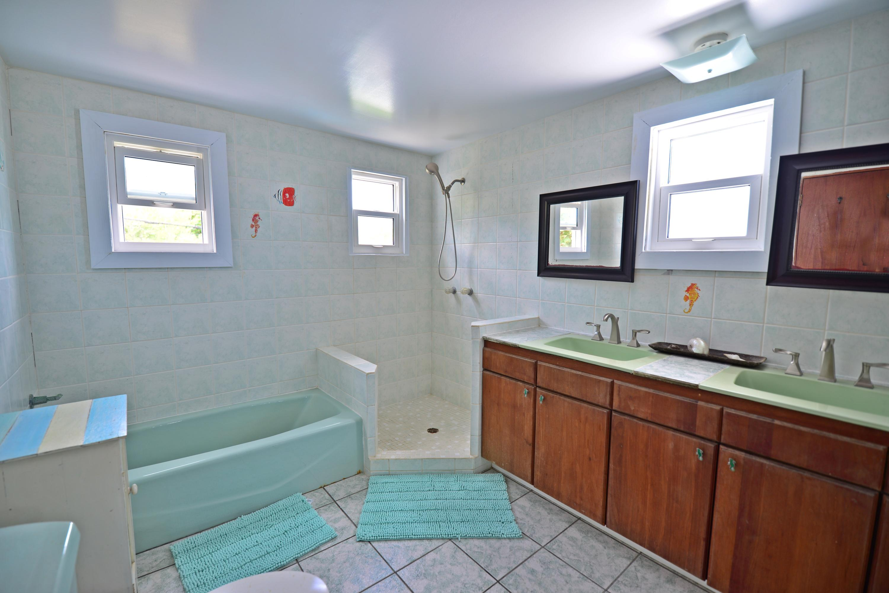 Upper level bath en suite