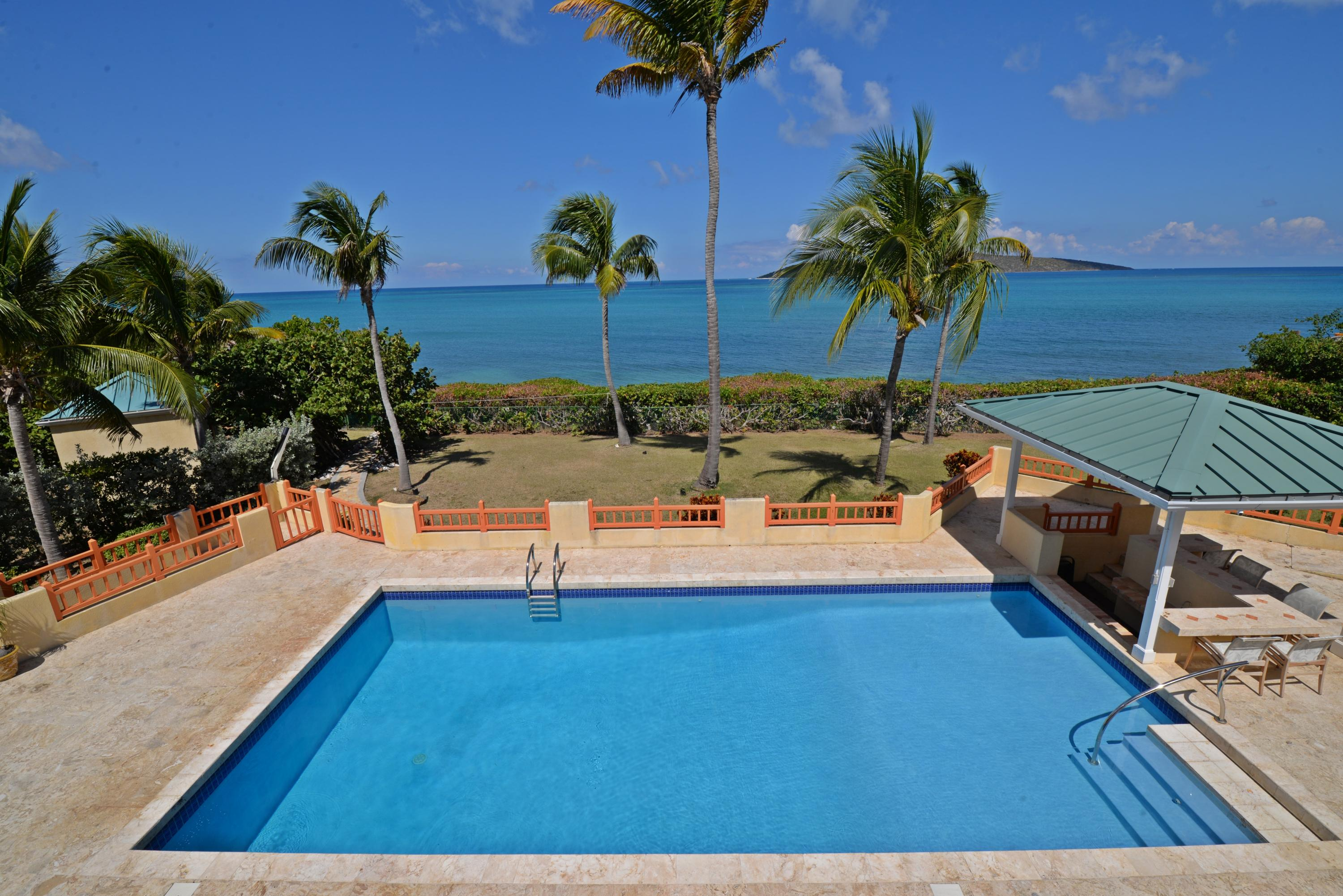 Sea view, pool and pool side bar from se