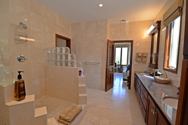 Guest bedroom 1 - bath en suite 1