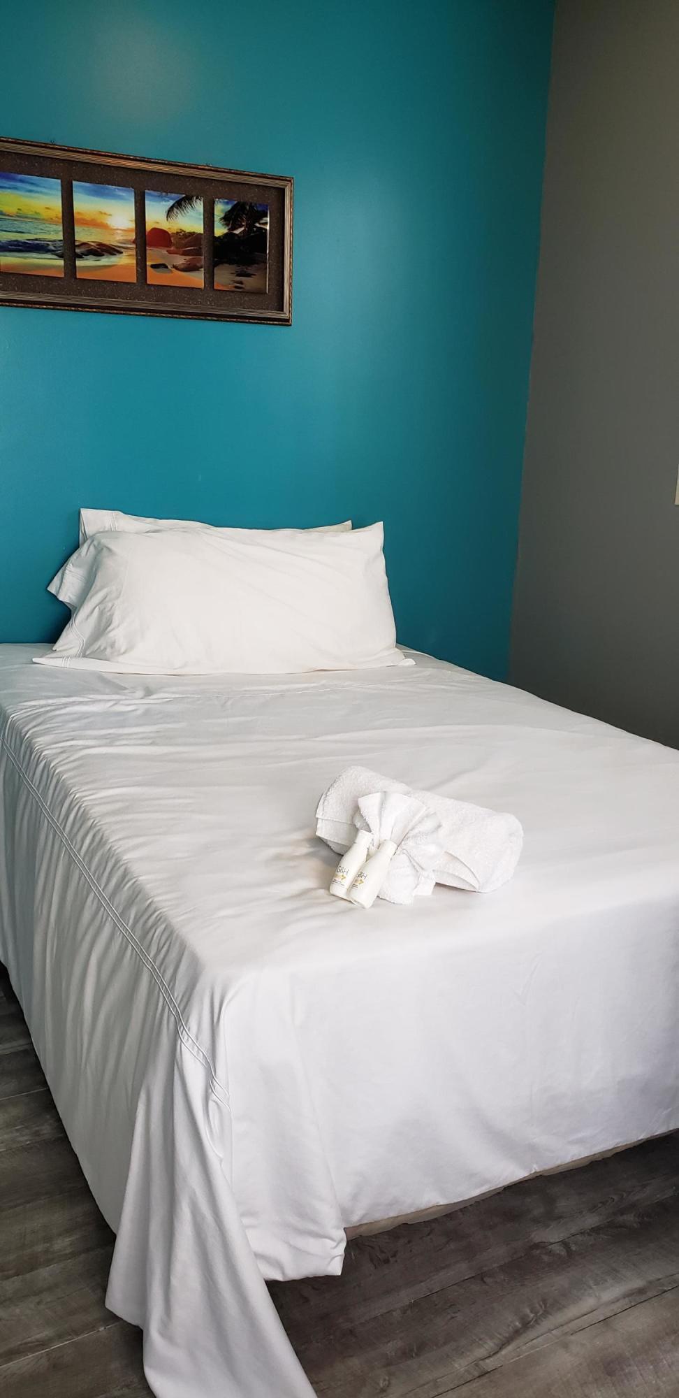 Bed w Artwork Flrs